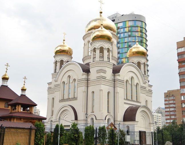 Храм Всех святых в Земле Русской просиявших на пересечении улиц Гарибальди и Новочеремушкинская